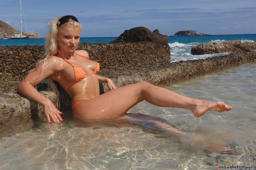 Hotlegsandfeet.com – Beach bunny quivers in the sand! Kassey Krystal 2007 Blue Eyes